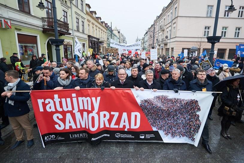 """Marsz """"Ratujmy samorząd"""" w Łodzi /Lukasz Szelag /Reporter"""