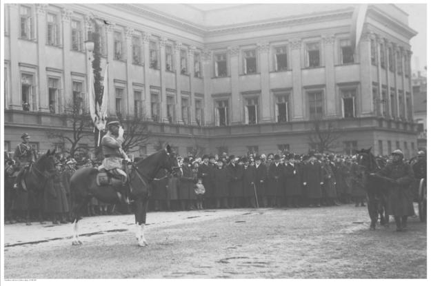Marszałek Józef Piłsudski na Kasztance na Placu Saskim w Warszawie /NAC Online /