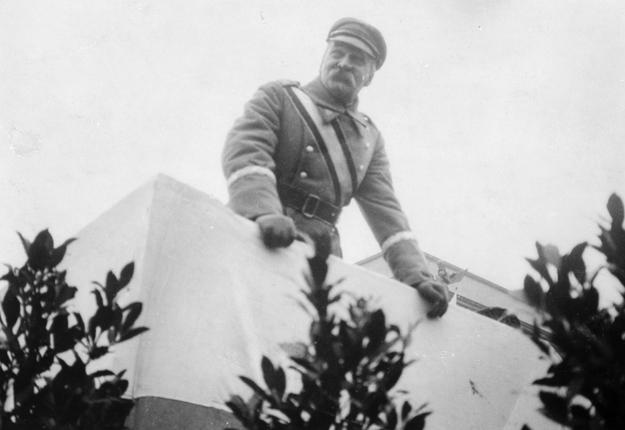 Marszałek Józef Piłsudski na trybunie na placu Saskim podczas defilady z okazji święta 11 listopada. Zdjęcie z 1929 roku /Z archiwum Narodowego Archiwum Cyfrowego