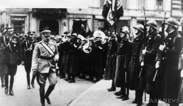 Marszałek Józef Piłsudski po przyjęciu defilady na Placu Zwycięstwa w Warszawie w Święto Niepodległości (11 listopada 1927 r.) /Danuta Łomaczewska /East News