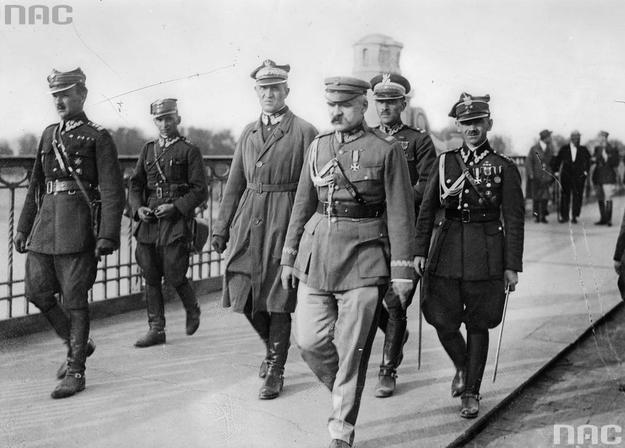 Marszałek Józef Piłsudski w dniu przewrotu majowego na moście Poniatowskiego w Warszawie /Z archiwum Narodowego Archiwum Cyfrowego