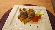 Marynowane roladki śledziowe z chili i czosnkiem na miodowo-orzechowych placuszkach kukurydzianych