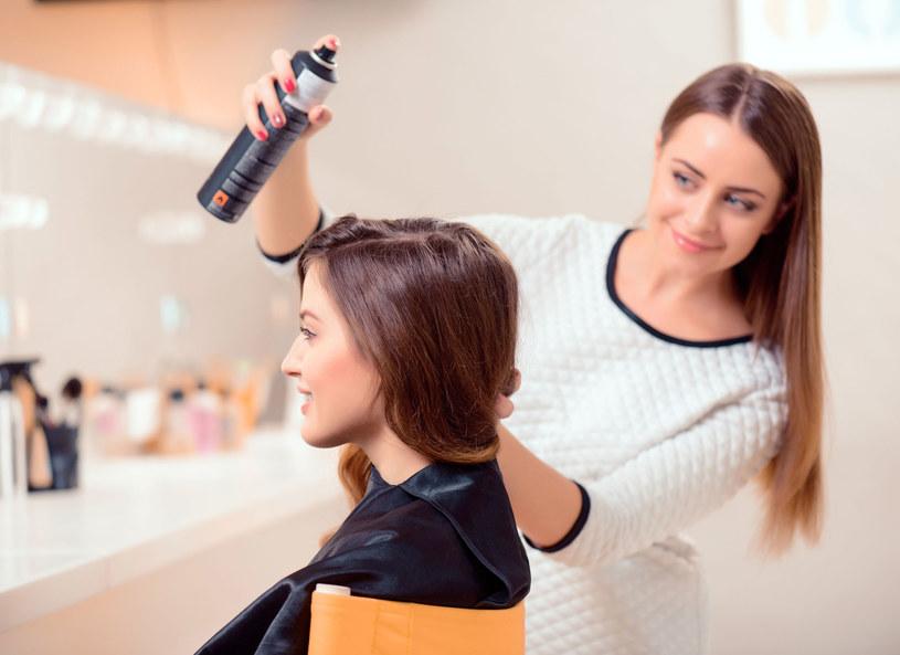 Marzysz o pięknych i zdrowych włosach? Uważaj, by nie przesadzić z nadmierną ich stylizacją /©123RF/PICSEL