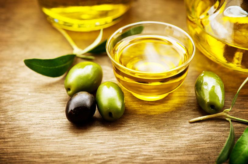 Masaż oliwą zmieszaną z olejkami, ukoi ból /©123RF/PICSEL