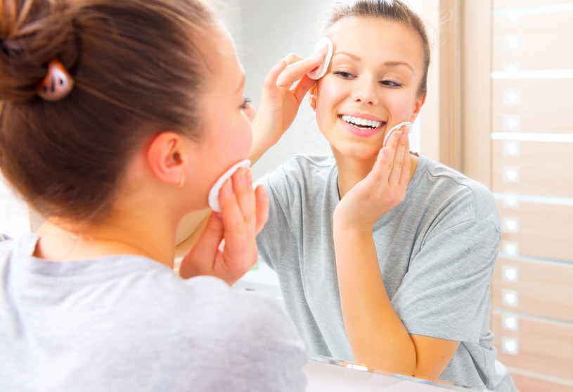 Masaż twarzy możesz wykonać przy codziennej toalecie /©123RF/PICSEL