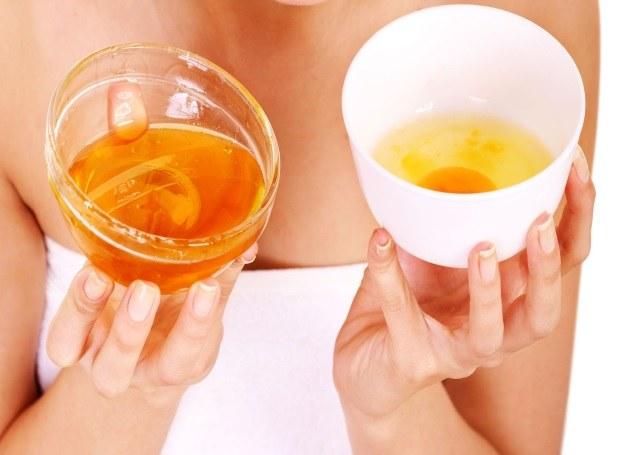 Maseczka z miodu, jajek i oliwy nawilży i wygładzi włosy /©123RF/PICSEL