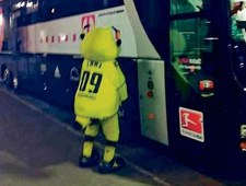 Maskotka Borussii Dortmund olała Bayern. I to dosłownie!