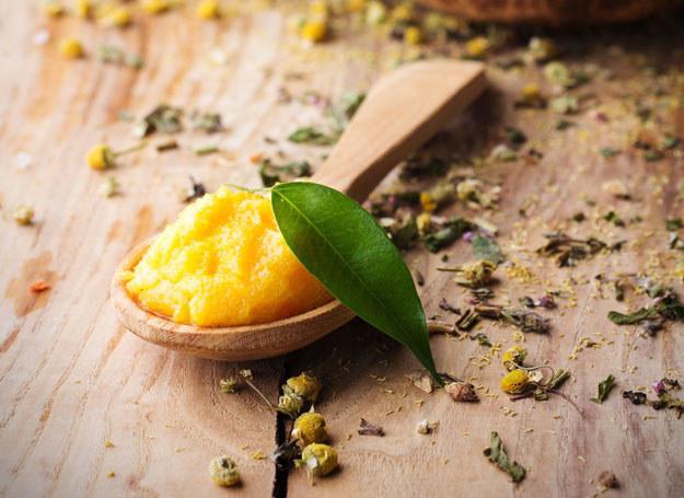 Masło mangowe działa jak środek do profilaktycznej pielęgnacji włosów /©123RF/PICSEL