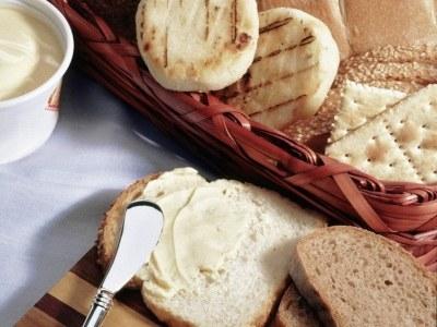 Masło otrzymujemy z mleka krowiego, z kolei margaryny wytwarza się z olejów roślinnych  /© Panthermedia