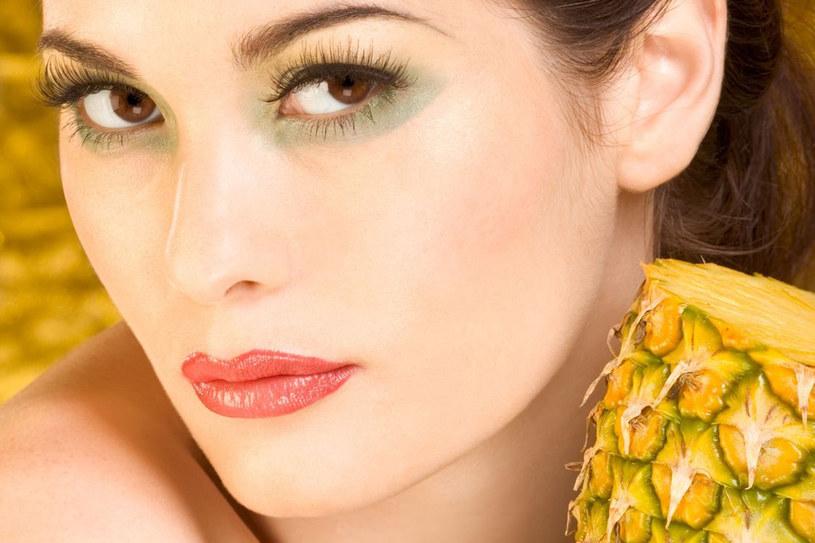 Masowanie twarzy miąższem świeżego ananasa działa jak najlepszy peeling z równoczesnym działaniem eliksiru młodości /©123RF/PICSEL