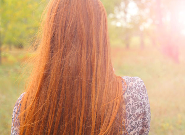 Masz rude włosy? Uważaj z opalaniem! /©123RF/PICSEL