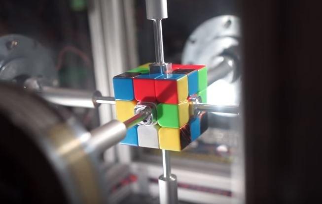 Maszyna ułożyła kostkę w mniej niż pół sekundy /YouTube