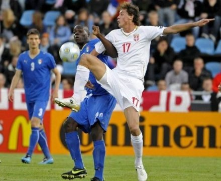 Matic w pojedynku z Balotellim /AFP