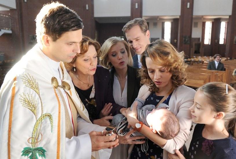 Matka chłopczyka jest szczęśliwa, a rodzice chrzestni uśmiechają się do siebie... /Agencja W. Impact