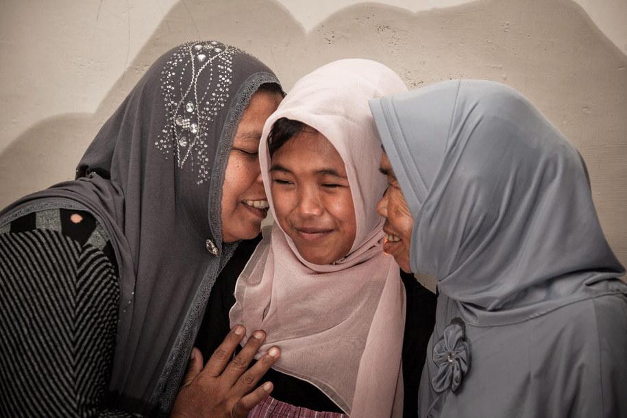 Matka przytula Raudhatul Jannah, odnalezioną po 10 latach ofiarę tsunami /Achwa Nussa (PAP/EPA) /PAP/EPA