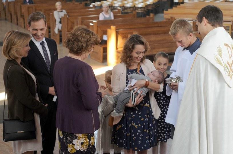 Matka Rafałka jest szczęśliwa, a rodzice chrzestni uśmiechają się do siebie. /Agencja W. Impact