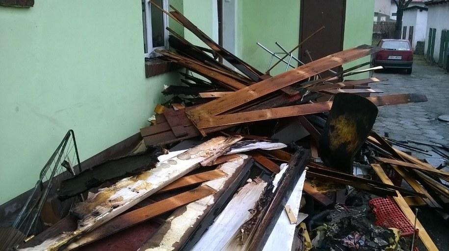 Matka z dwójką dzieci trafiła do szpitala po pożarze mieszkania w kamienicy w Czechowicach-Dziedzicach. /Marcin Buczek /RMF FM