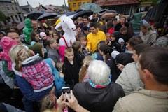 Matołek i tłum dzieci na rynku w Koszycach