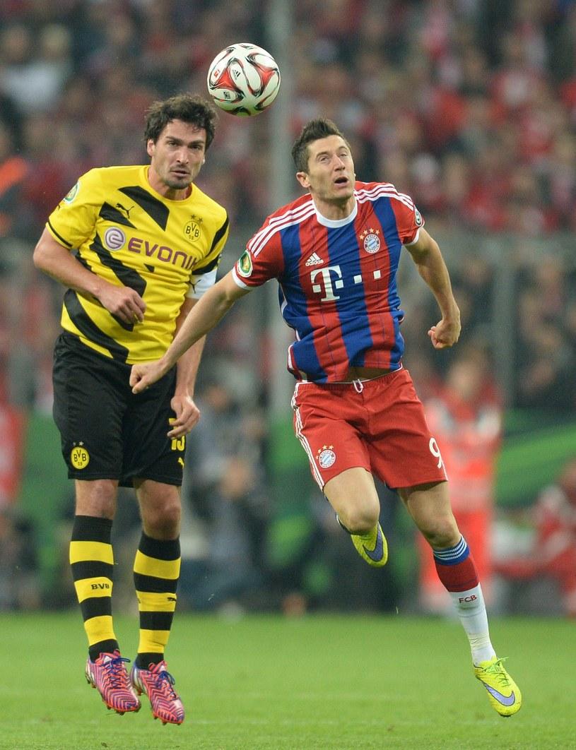 Mats Hummels (z lewej) w walce o piłkę z Robertem Lewandowskim /AFP