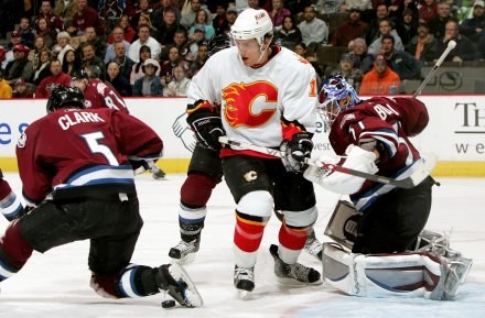 Matthew Lombardi atakuje defensywę gospodarzy. Avalanche-Flames 3:7 /AFP