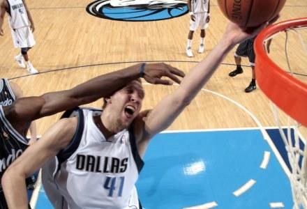 Mavs - Magic 103:98. Dirk Nowitzki w ofensywnej akcji /AFP