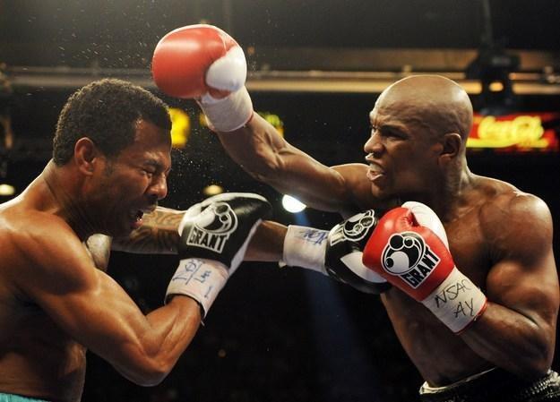 Mayweather Jr. (z prawej) walczy nie tylko na bokserskim ringu /AFP
