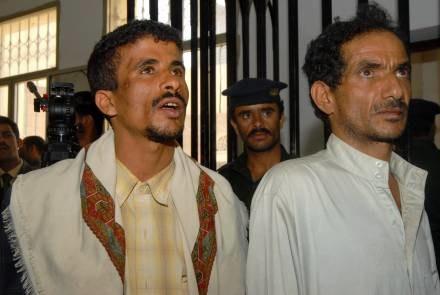Mąż (L) i ojciec (P) dziewczynki po wyjściu z sali rozpraw /AFP