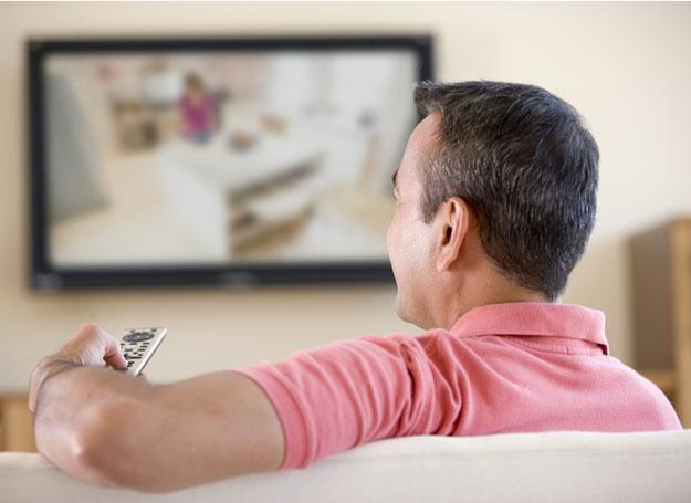 Mąż wraca z pracy i siada przed telewizorem /© Panthermedia