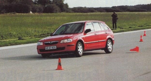 Mazda 323 prowadzi się tylko nieznacznie gorzej od najlepszych aut w tej klasie. /Motor