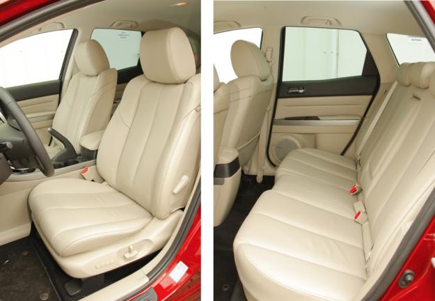 MAZDA Fotele wersji Sport są pokryte skórzaną tapicerką i zaopatrzone w podgrzewanie. Jak na swoje spore wymiary zewnętrzne, CX-7 absolutnie nie rozpieszcza przestrzenią dla pasażerów kanapy. /Motor