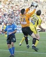 McBride próbuje przeszkodzić interweniującemu Onstadowi /Chris Reiko