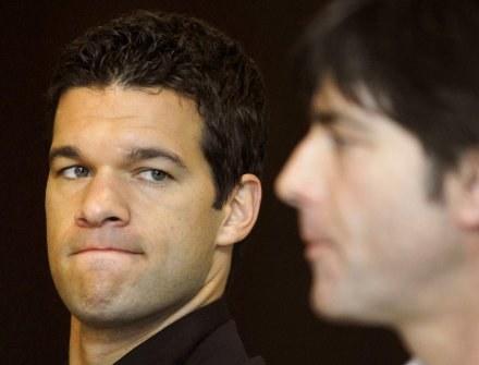 Mchael Ballack nie szybko pomoże reprezentacji Joachima Loewa (z prawej). /AFP