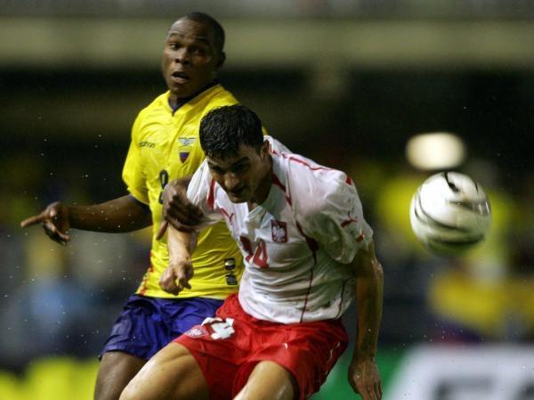 Mecz Polska-Ekwador toczył się w trudnych warunkach. Michał Żewłakow i Felix Borja w walce o piłkę /AFP