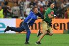 Mecz Polska - Portugalia na Euro 2016. Kibic wbiegł na boisko w dogrywce