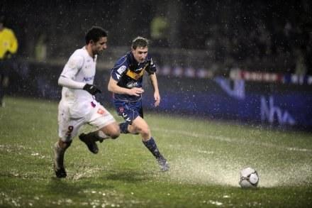 Mecz w Lyonie toczył się w cięzkich warunkach. Fred (z lewej) w walce z Davidem Ducourtioux /AFP