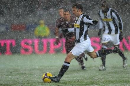 Mecz w Turynie toczył się przy padającym śniegu. Strzela Alessandro Del Piero. /ASInfo/INTERIA.PL