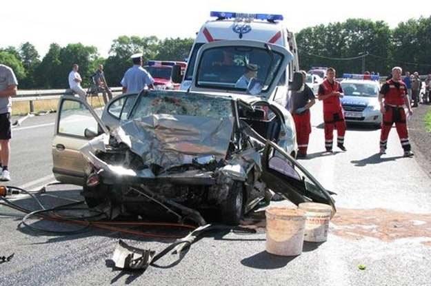 Megane zderzyło się czołowo z ciężarówką /Policja