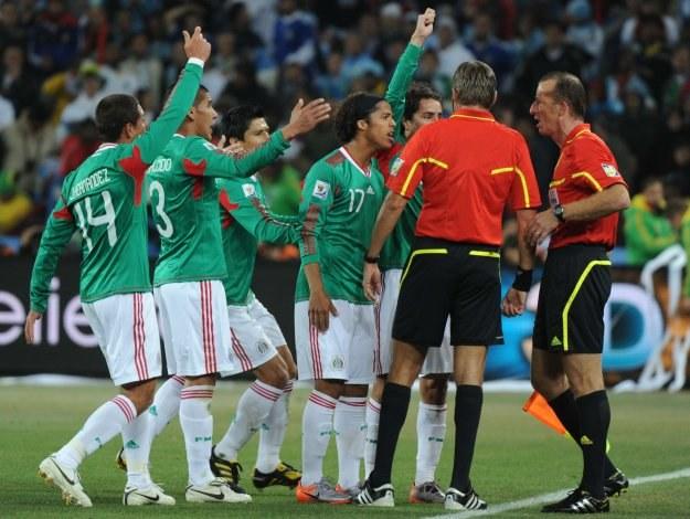 Meksykanie protestowali, ale gol ze spalonego został uznany /AFP