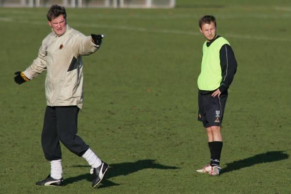 Menedżer Wolverhampton Glenn Hoddle i Tomasz Frankowski. Fot. Maciej Śmiarowski /Agencja Przegląd Sportowy