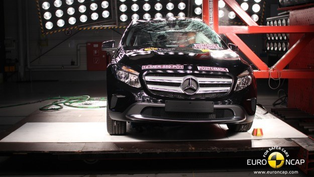 Mercedes GLA wyróżnia się wysokim poziomem ochrony pasażerów. Jest dobrze wyposażony w systemy zwiększające bezpieczeństwo jazdy. /Euro NCAP