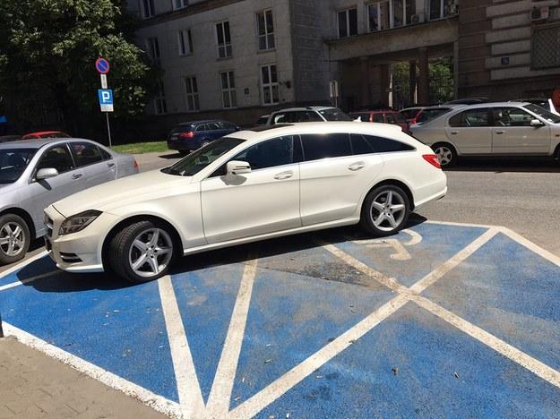 Mercedes na dwóch kopertach /Fot. Zarząd Dróg Miejskich Warszawa /