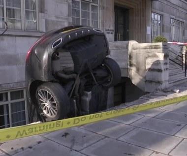 Mercedes przy ścianie na sztorc. Pijany kierowca wyszedł z wypadku bez szwanku
