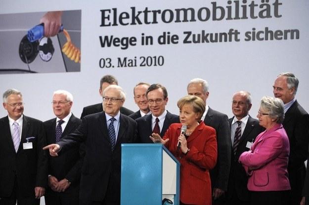 Merkel na spotkaniu z przedstawicielami firm motoryzacyjnych /AFP