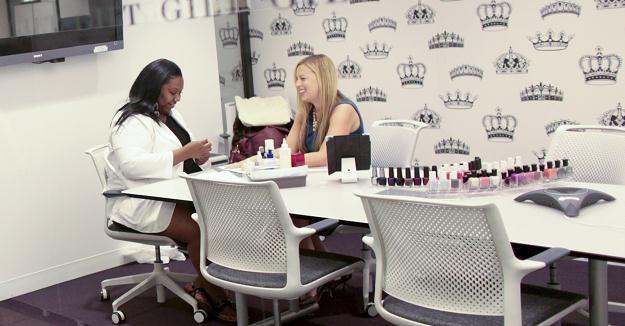 Meryl Rosen, prawniczka z Nowego Jorku, podczas zabiegu manicure w sali konferencyjnej swojej firmy /The New York Times