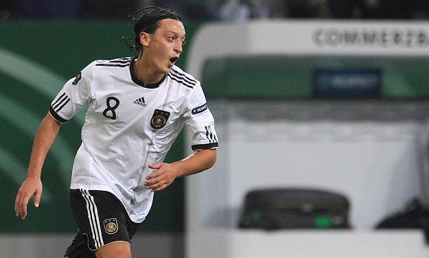 Mesut Oezil cieszy się z gola na 1-0 strzelonego reprezentacji Belgii /AFP