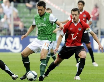 Mesut Oezil wierzy, że z Werderu pewnego dnia wykupi go Barcelona /AFP
