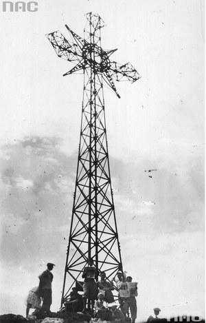 Metalowy krzyż na Giewoncie (zdjęcie z 1932 roku) /Z archiwum Narodowego Archiwum Cyfrowego