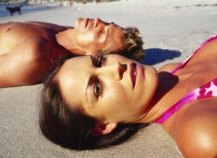 Mężczyzna, który flirtował, patrzy potem bardziej krytycznie na swoją partnerkę. /ThetaXstock