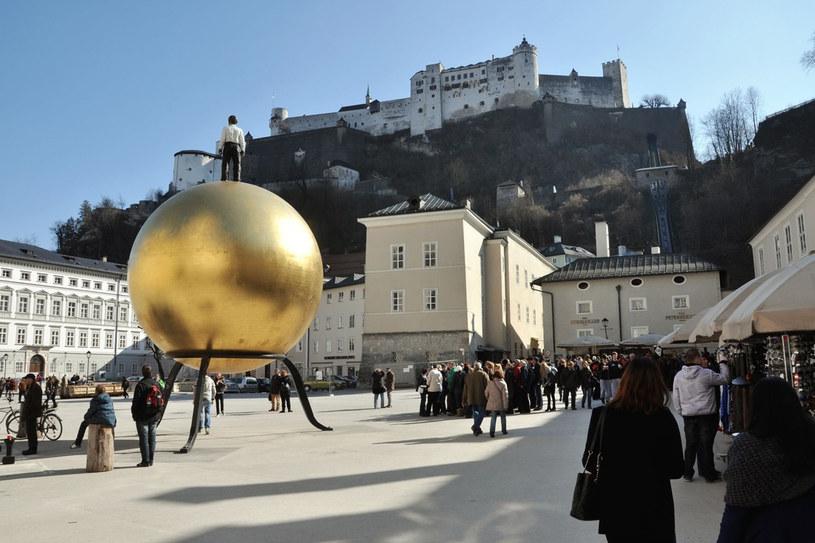 """Mężczyzna na złotej kuli (""""Sphaera"""") niemieckiego rzeźbiarza Stephana Balkenhola /©123RF/PICSEL"""