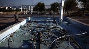 Mężczyzna patrzy na zaniedbaną fontannę wybudowana w wiosce olimpijskiej w północnych Atenach z okazji letnich igrzysk olimpijskich w 2004 roku